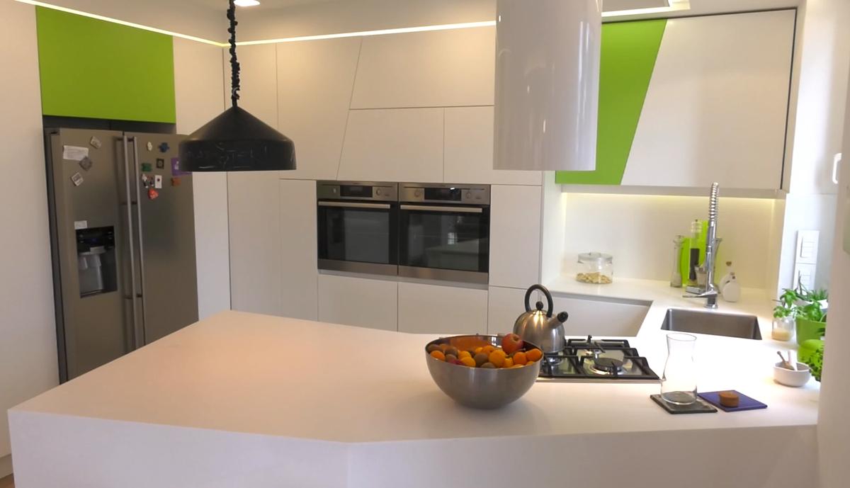 otvorena-kuhinja-sa-zelenim-detaljima-dom2-domnakvadrat