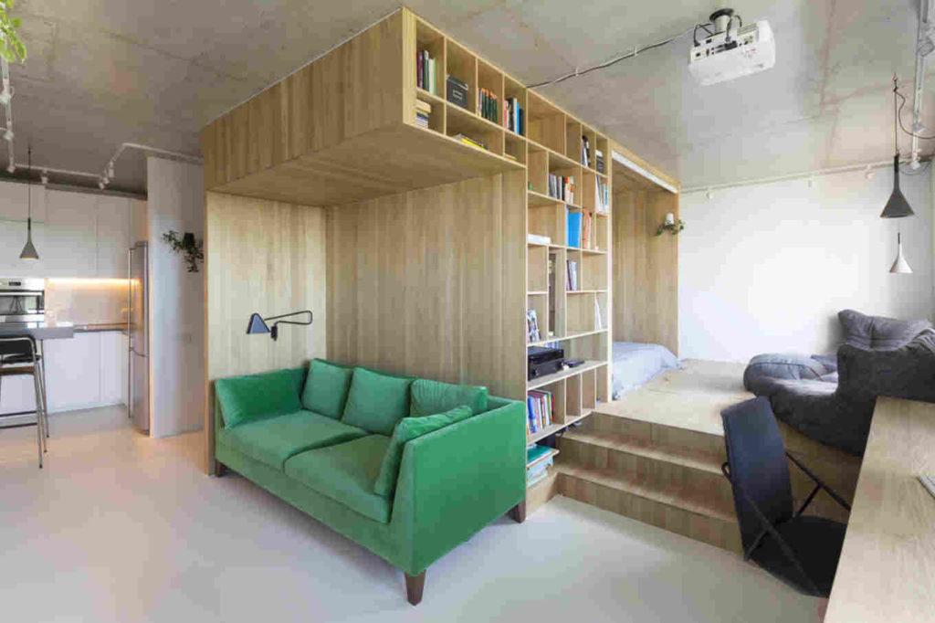 garsonijera-drvene-police-kauč-domnakvadrat