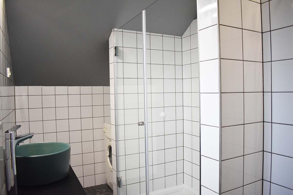 preuredjenje-potkrovlja-kupaonica-sa-zelenim-umivaonikom-domnakvadrat