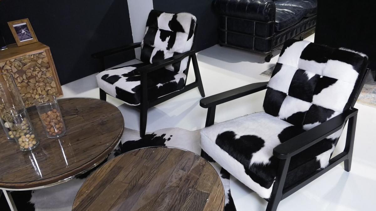 jesen-u-interijeru-crno-bijela-fotelje-stolić-dnevni-boravak-domnakvadrat