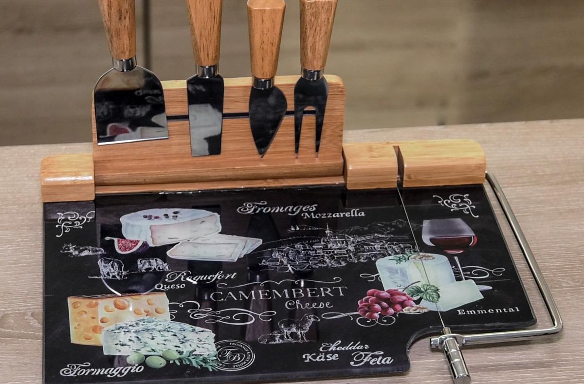 porculan-gastronomija-moderno-serviranje-sir-voće-drvena-daska-domnakvadrat