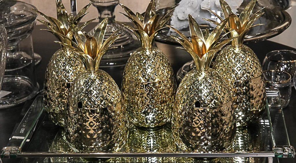 bozic-ukrasi-zlato-ananas-dekoracije-domnakvadrat