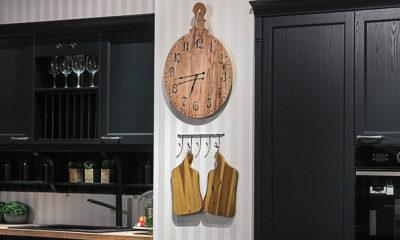 kuhinja2-lesnina-rustikalno-detalji-daske-drvo-sat-domnakvadrat