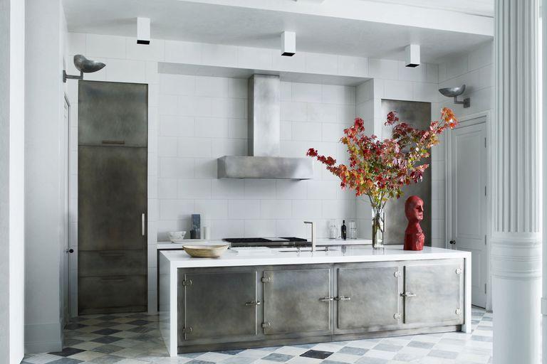 moderna-kuhinja-siva-crveni-detalj-domnakvadrat