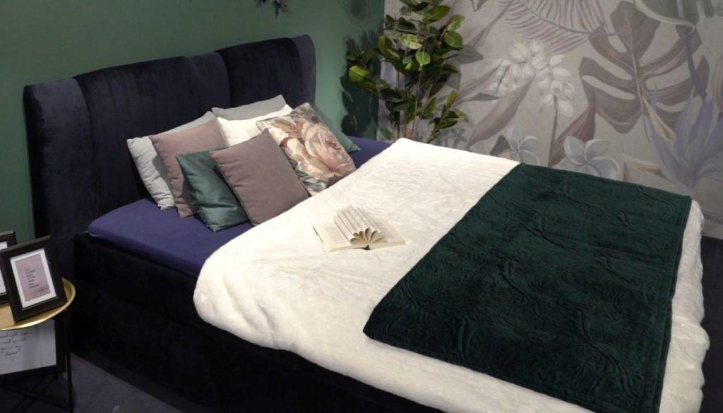 Krevet od plavog baršuna, visokog uzglavlja