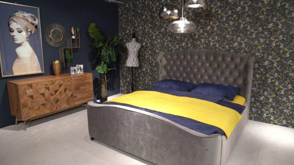 Krevet sa visokim uzglavljem i drvenom komodom