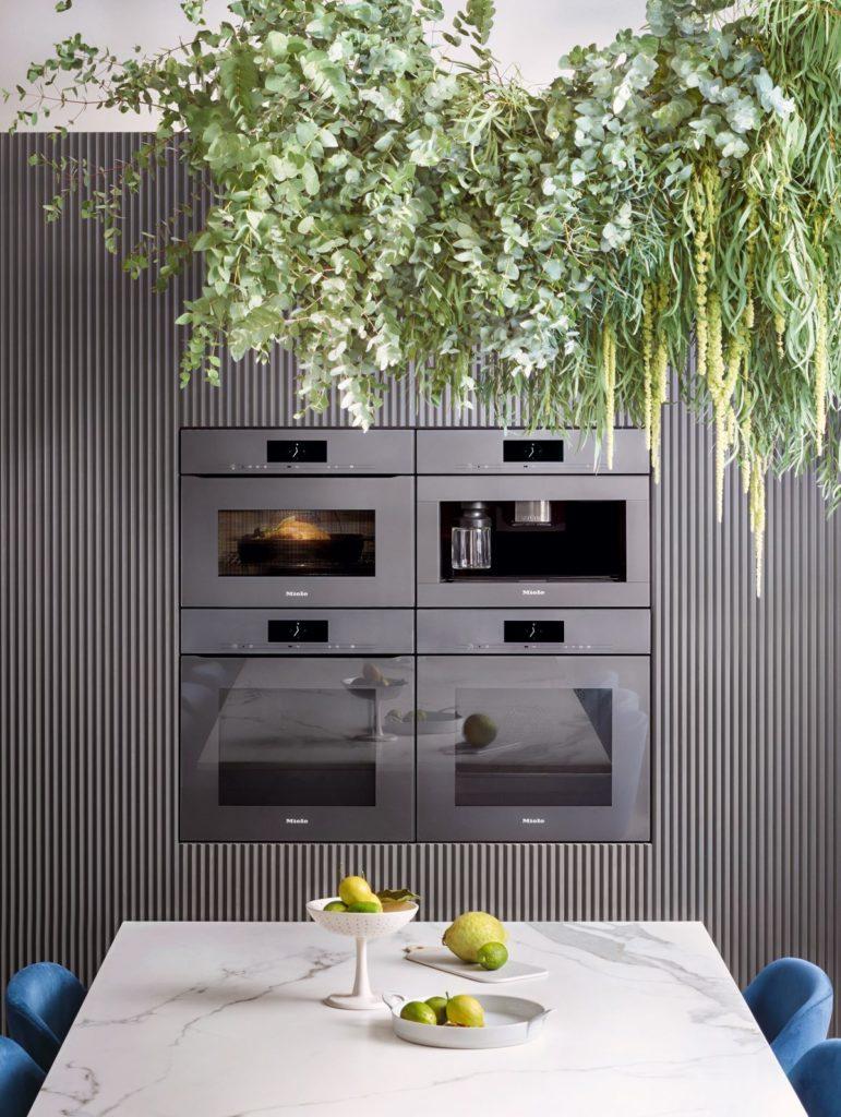 Za kupce koje zanima kuhinja bez ručki najbolja ponuda su uređaji Miele ArtLine dizajna, zajedno s Knock2Open perilicom posuđa bez ručke. Ovdje prikazani uređaji su u grafitno sivoj boji.