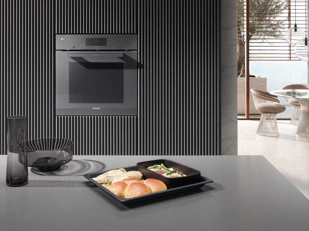 Gledano izvana, nova se Dialog pećnica može lako zamijeniti za klasičnu pećnicu. Svatko tko poželi peći kruh bez kore može to učiniti u Dialog pećnici.