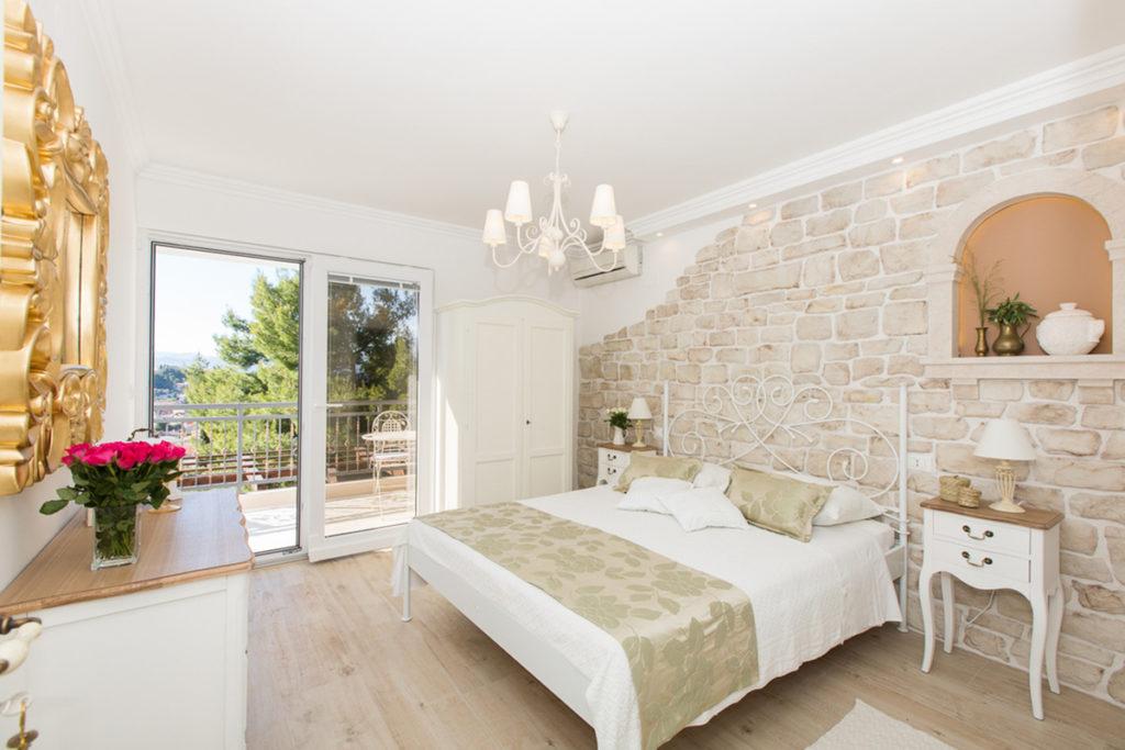 dekorativni-kamen-u-spavacoj-sobi-rustik-kamen-domnakvadrat