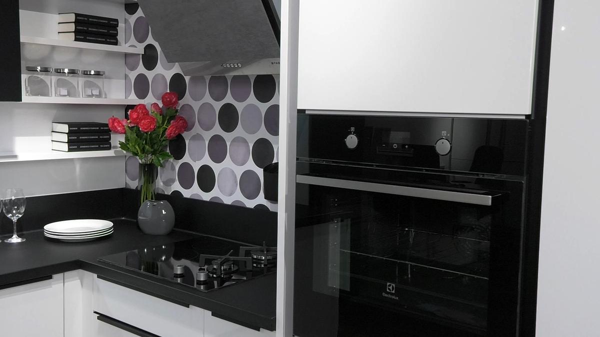mala-funkcionalna-kuhinja-lesnina-domnakvadrat-stednjak