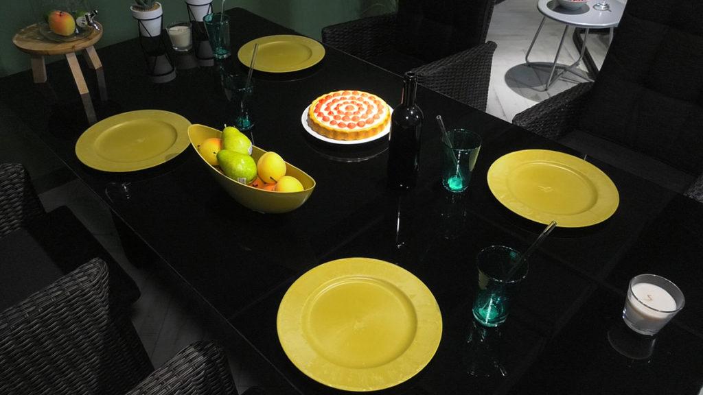 blagovaonski-stol-zuti-tanjuri-lesnina-domnakvadrat