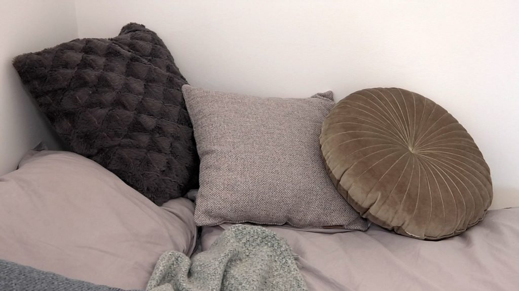 mekani-jastuci-u-spavacoj-sobi-mirela-priselac-remi-jysk-domnakvadrat