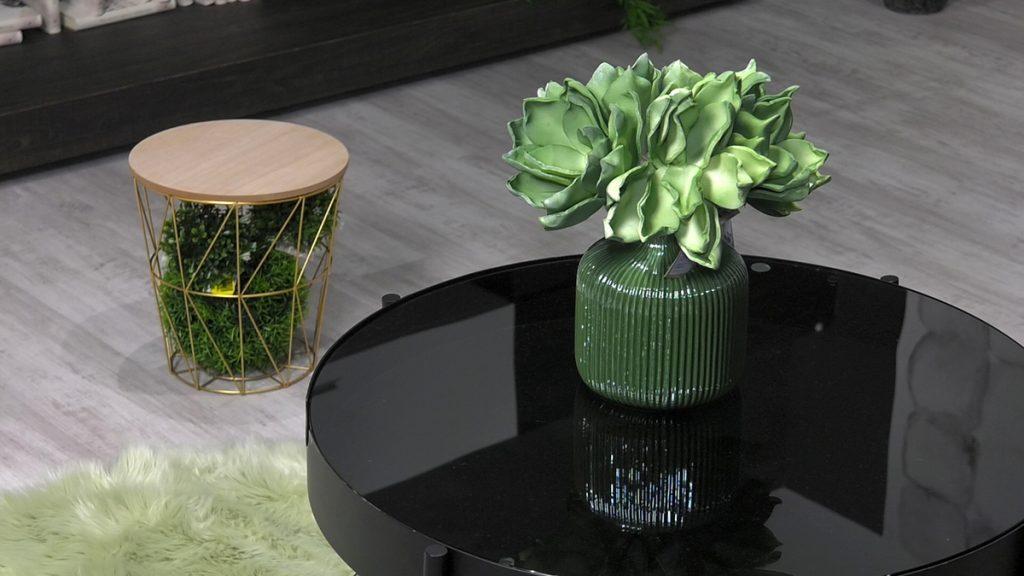 zlatni-pomocni-stolic-sa-zelenilom-lesnina-domnakvadrat