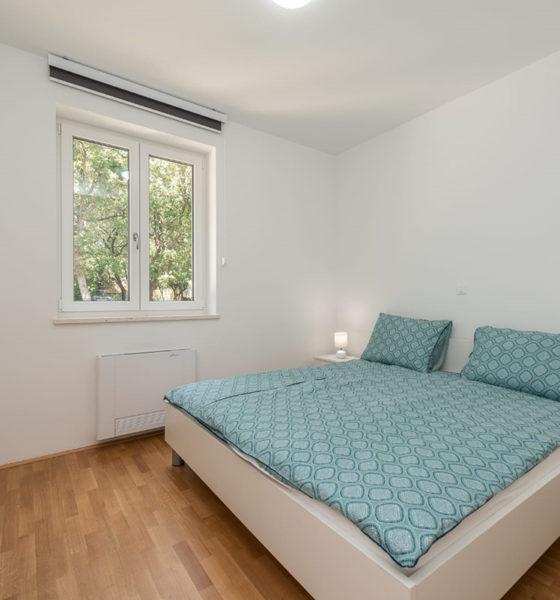 motorizirane-zavjese-alu-protekt-domnakvadrat-spavaca-soba-plava