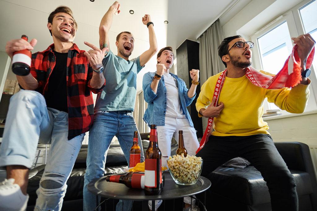 nogometni-navijaci-gledanje-televizora-domnakvadrat