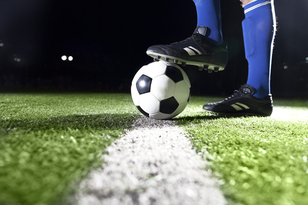 nogometna-lopta-na-travnjaku-televizori-domnakvadrat