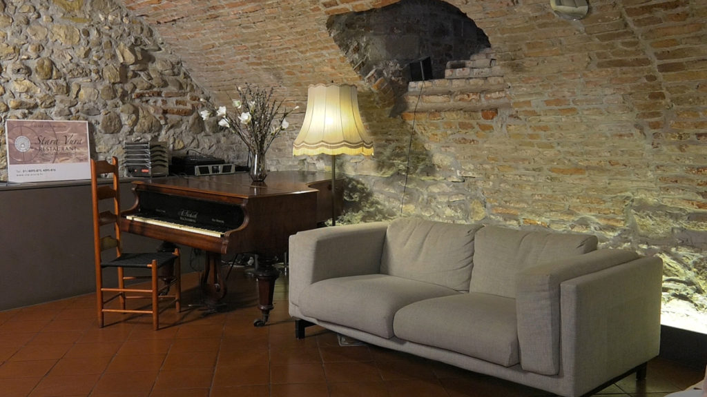 stara-vura-klavir-i-zid-domnakvadrat