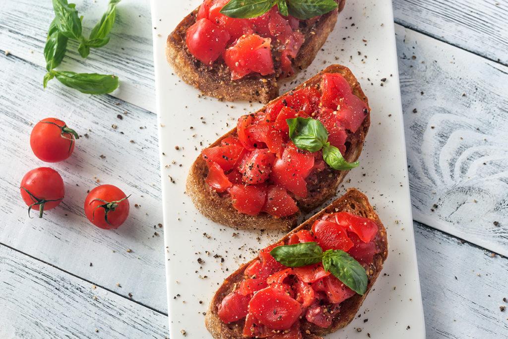 rajčica-bosiljak-u-jelima-balkonski-vrt-domnakvadrat