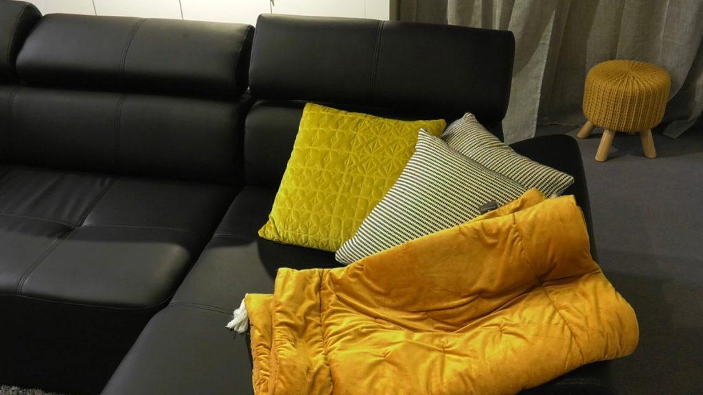 žuti-detalji-tabure-jastuci-domnakvadrat