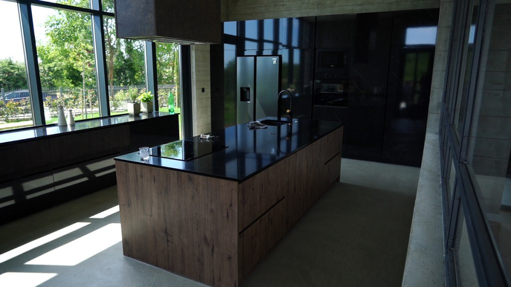 kuhinja-crno-drveno-moderno-domnakvadrat