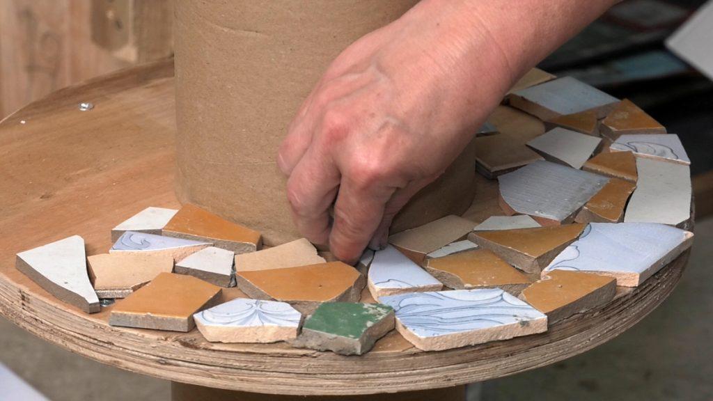 lijepljenje-komadića-pločica-mozaik-domnakvadrat