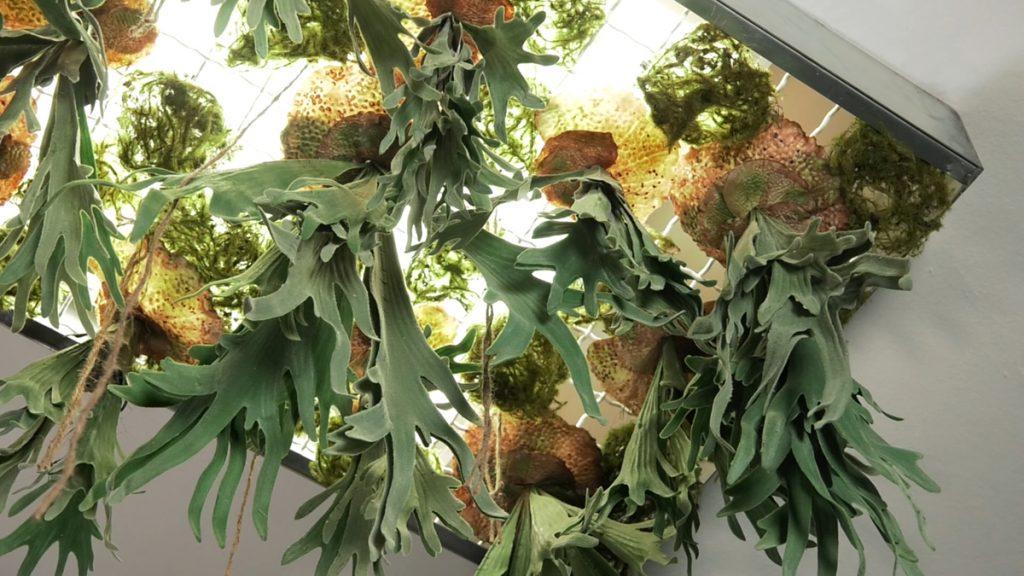 umjetne-biljke-stropni-aranžman-iris-mbm-vrtni-centar-domnakvadrat