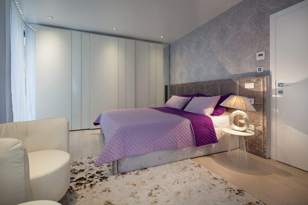 spavaća-soba-siva-lila-rovinj-domnakvadrat
