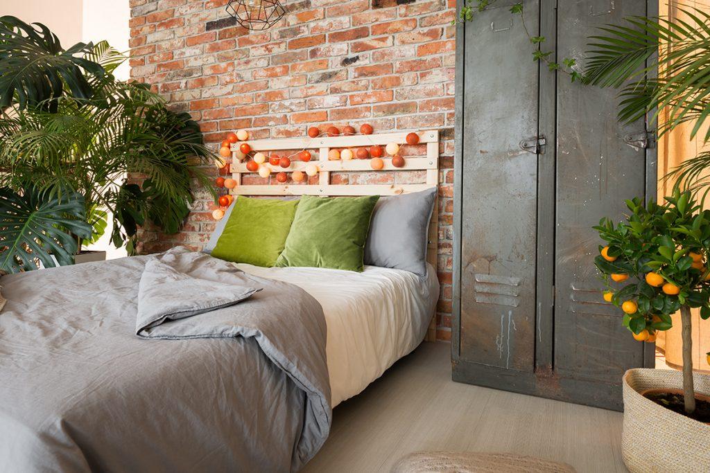 spavaća-soba-string-lights-narančaste-domnakvadrat