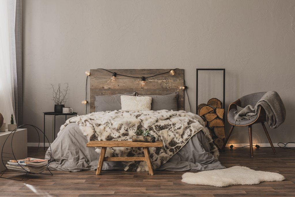 drveni-krevet-lampice-drva-posteljina-domnakvadrat