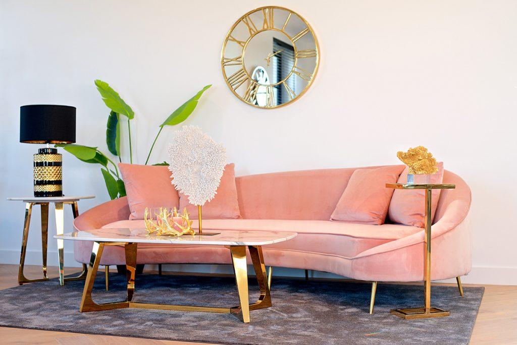 ružičasta-sofa-baršun-zlatni-detalji-mobel-land-domnakvadrat