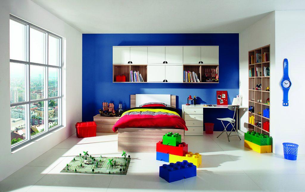 bijela-dječja-soba-muška-plavi-zid-mobel-land-domnakvadrat