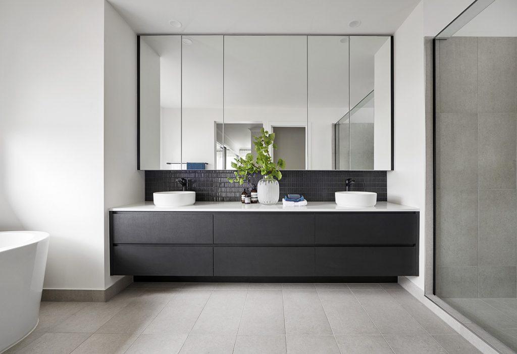kupaonica-moderna-siva-ogledalo-domnakvadrat