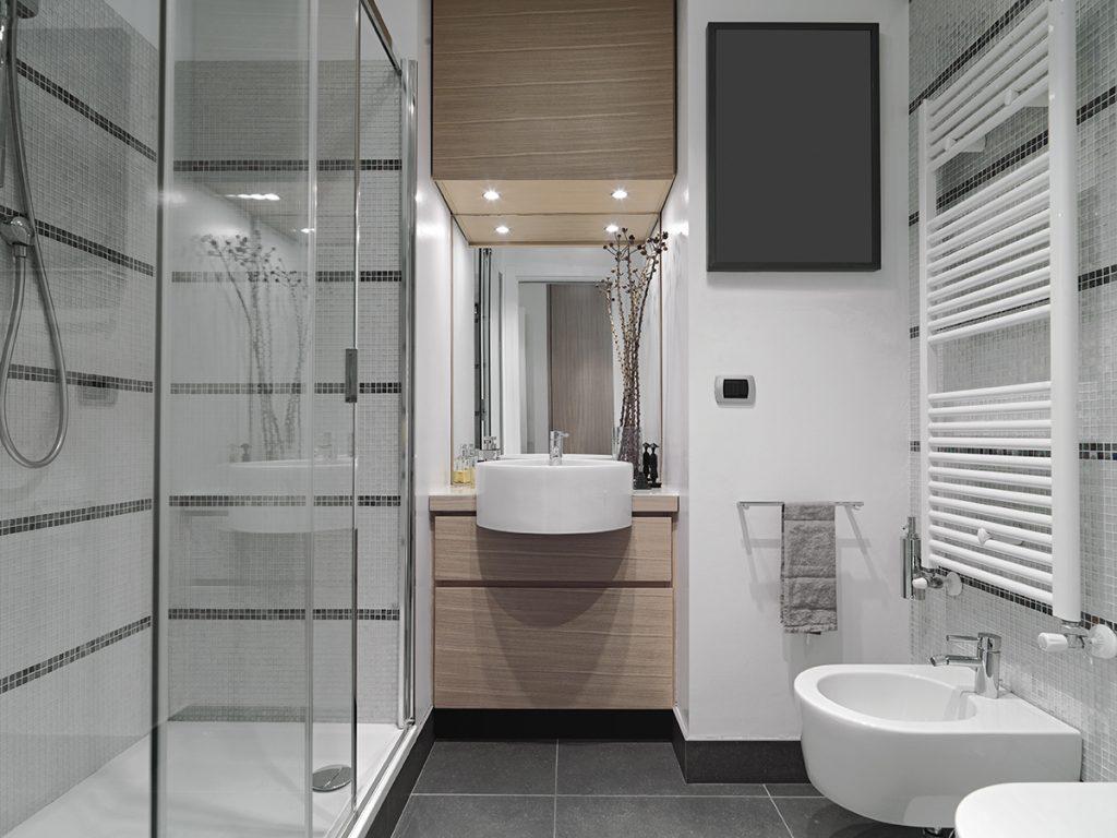 kupaonica-mala-stakleni-tuš-domnakvadrat