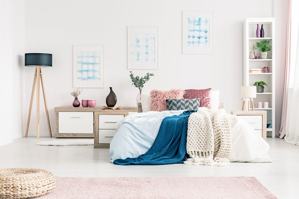 ružičasta-spavaća-soba-lampa-domnakvadrat