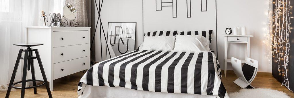 string-lights-crno-bijela-spavaća-soba-domnakvadrat