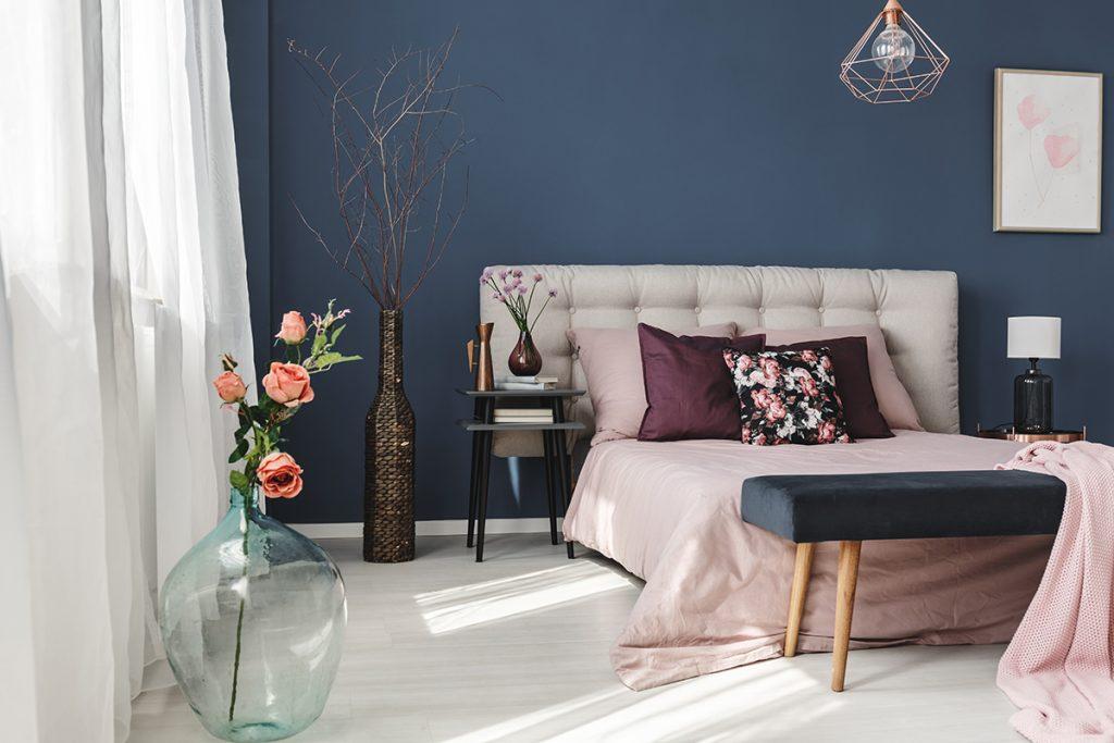 plavi-zid-lila-krevet-domnakvadrat