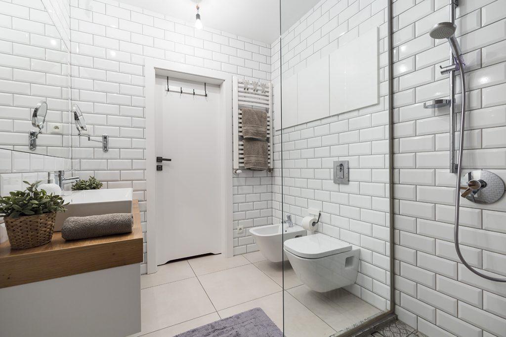 kupaonica-bijele-pločice-domnakvadrat