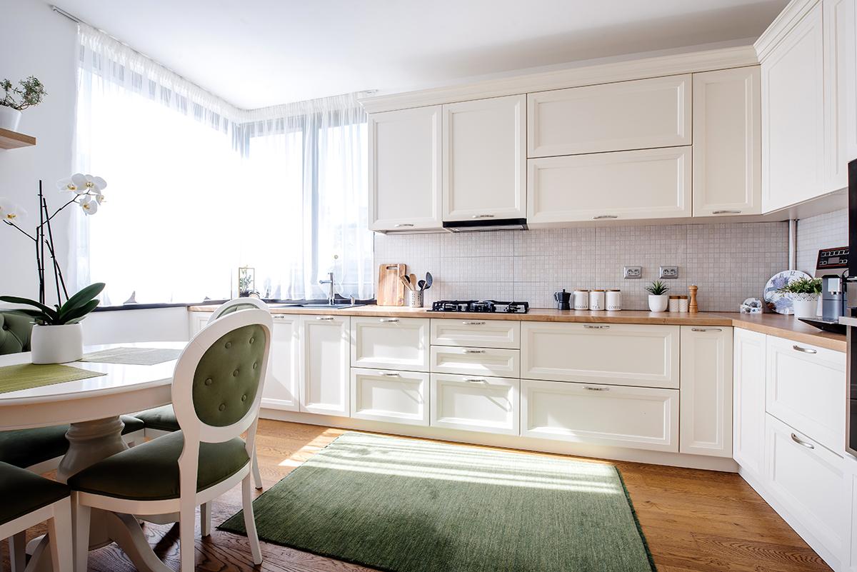 bijela-kuhinja-zeleni-detalji-domnakvadrat
