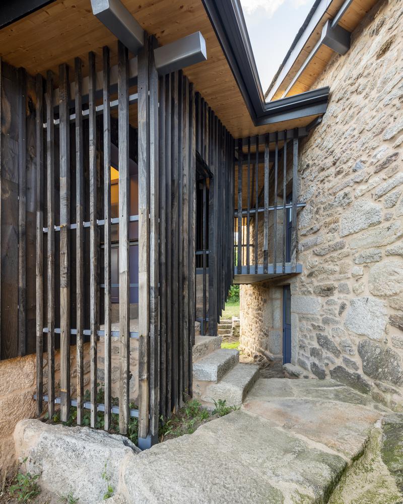 drveno-šetalište-kamena-kuća-španjolska-domnakvadrat