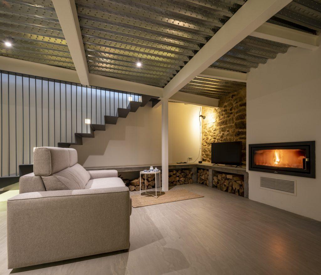 dnevni-boravak-kamena-kuća-španjolska-domnakvadrat