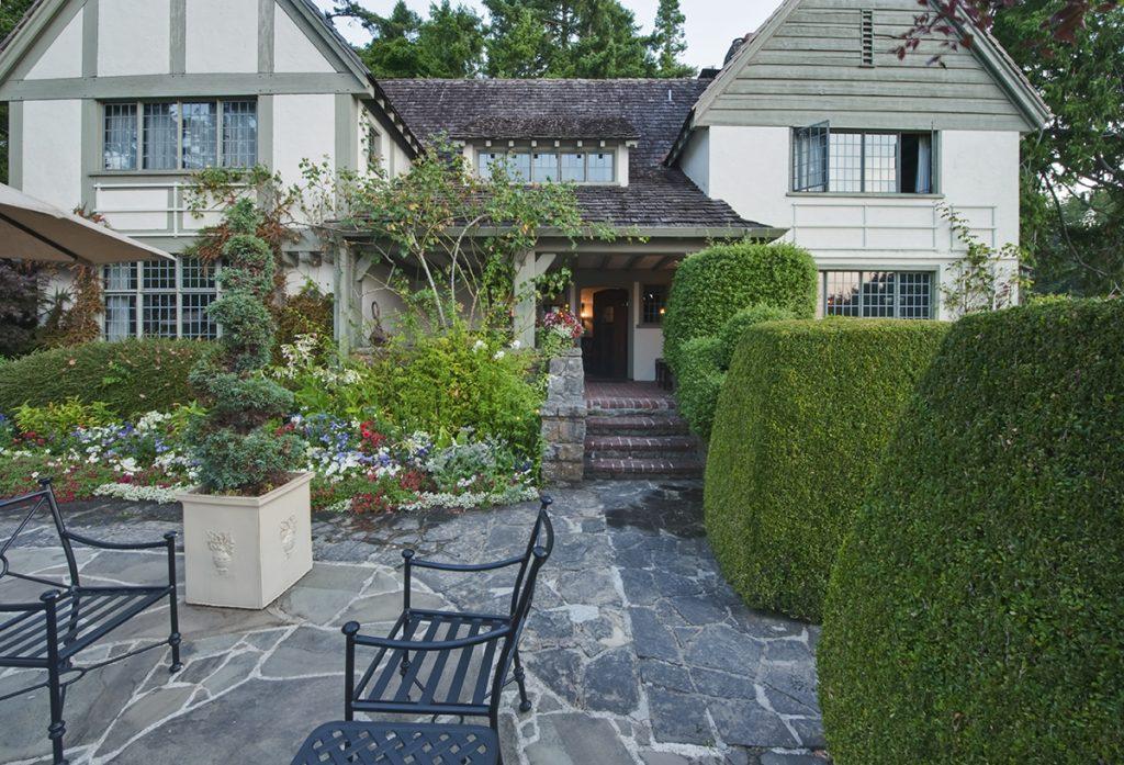 engleski-vrt-kuća-topijari-klupe-domnakvadrat