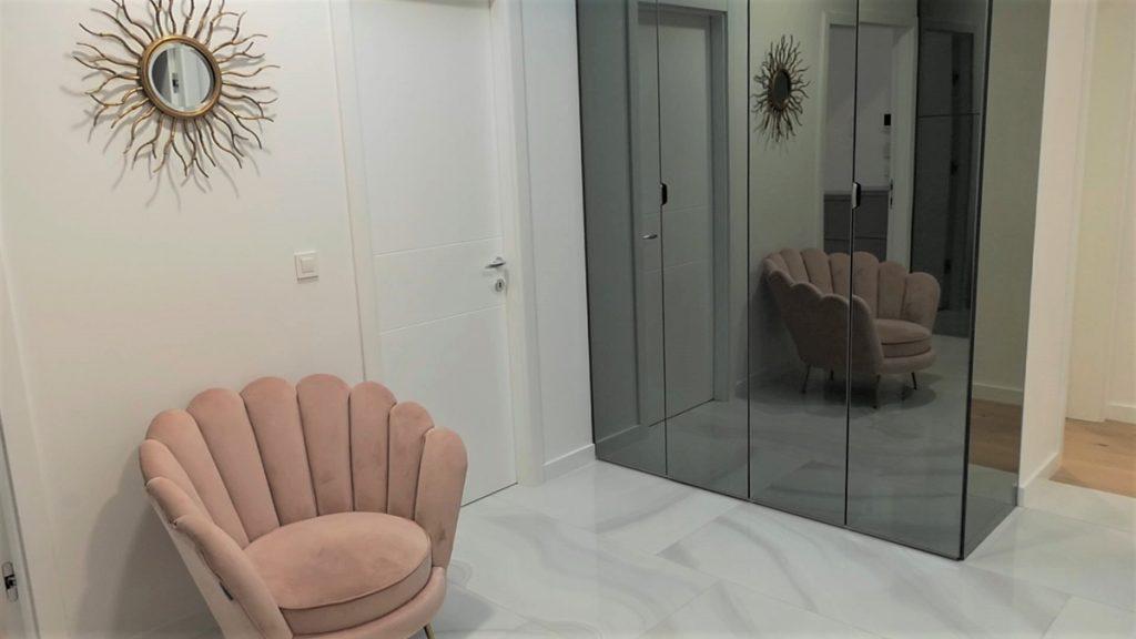 hodnik-ormar-ogledalo-stan-banely-domnakvadrat
