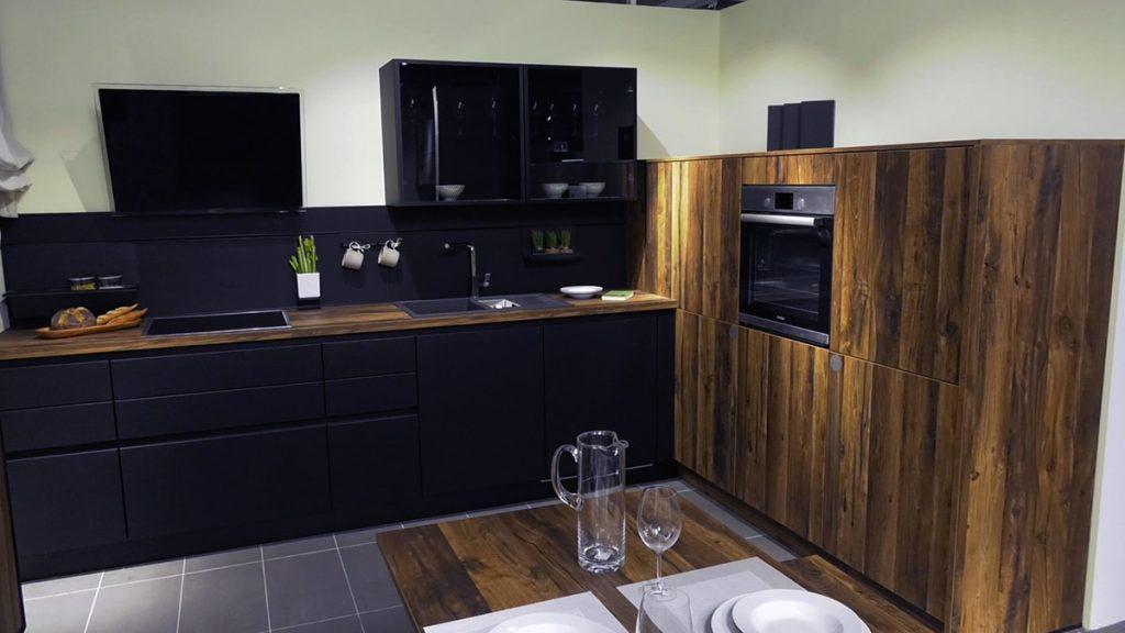 crna-kuhinja-povišeni-uređaji-domnakvadrat