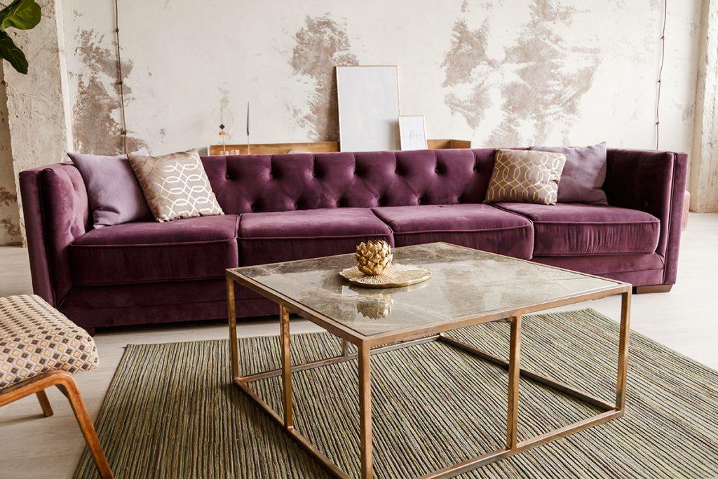 ljubičasta-sofa-zlatni-detalji-domnakvadrat