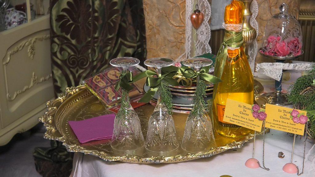 dekorirani-stol-piće-čaše-domnakvadrat