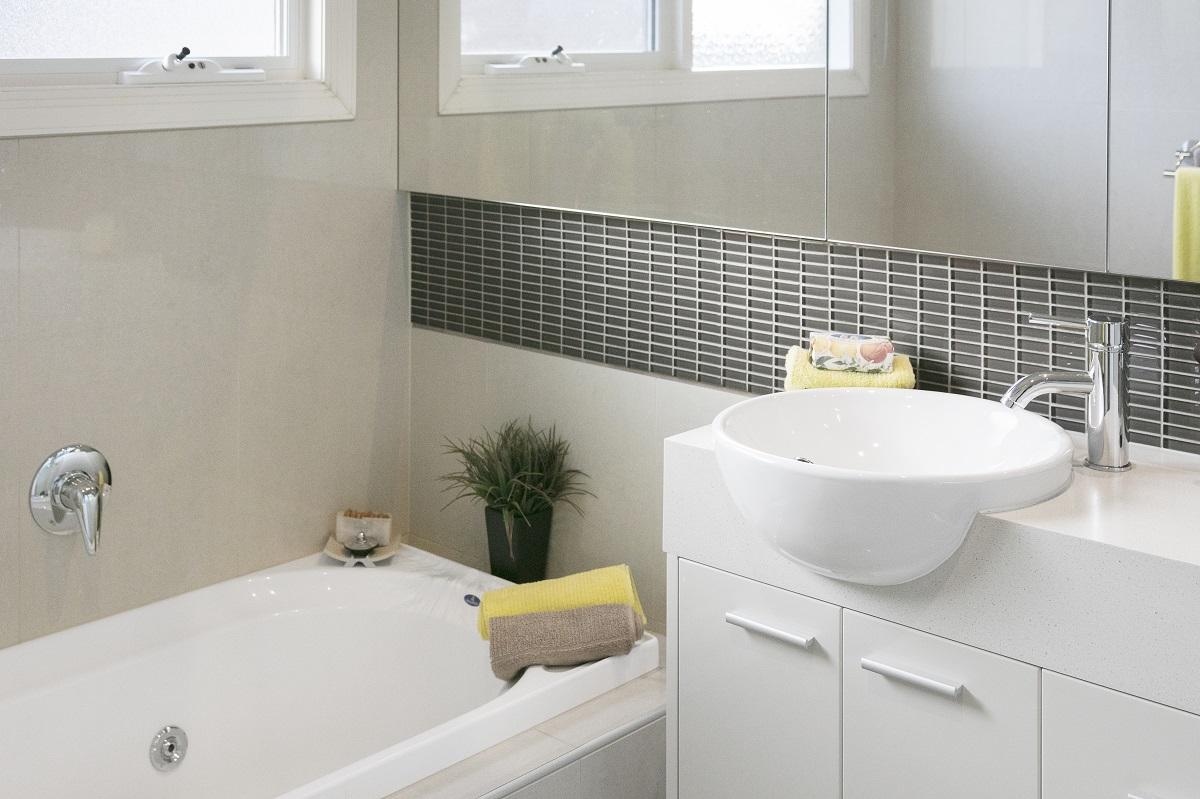 kupaonica-bijela-sive-pločice-domnakvadrat