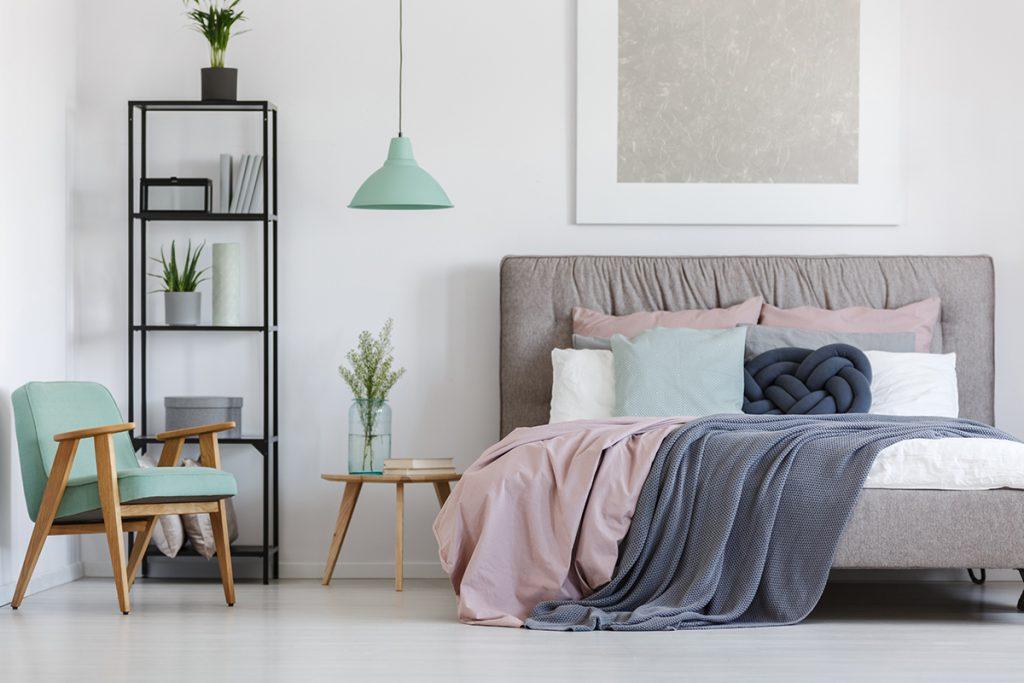 pastelne-boje-spavaća-soba-krevet-domnakvadrat