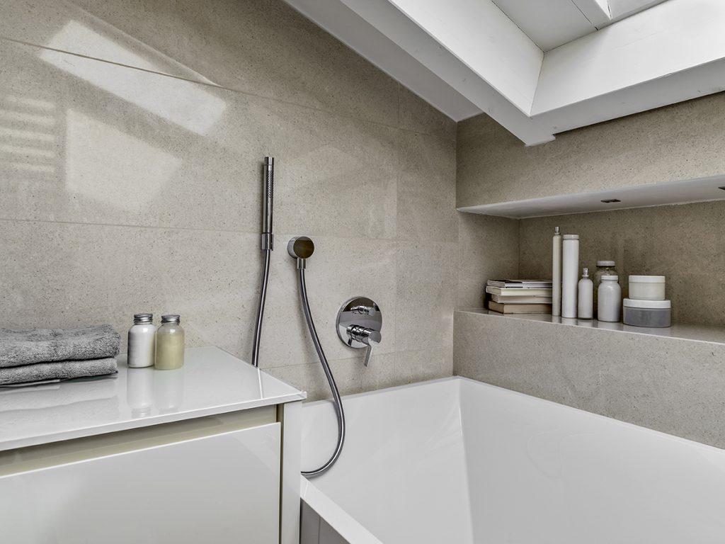 kupaonica-kada-krovni-prozor-domnakvadrat