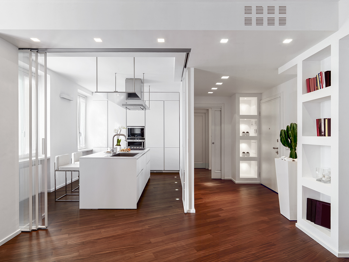 bijela-kuhinja-hodnik-drveni-pod-domnakvadrat