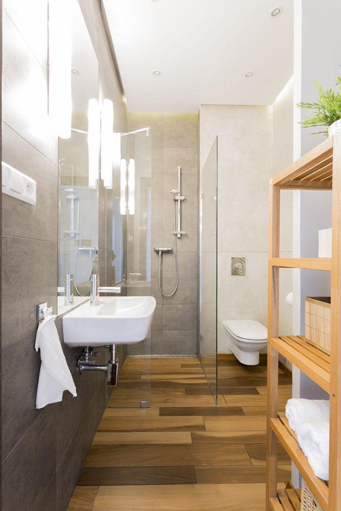 kupaonica-tuš-kada-drveni-elementi-domnakvadrat